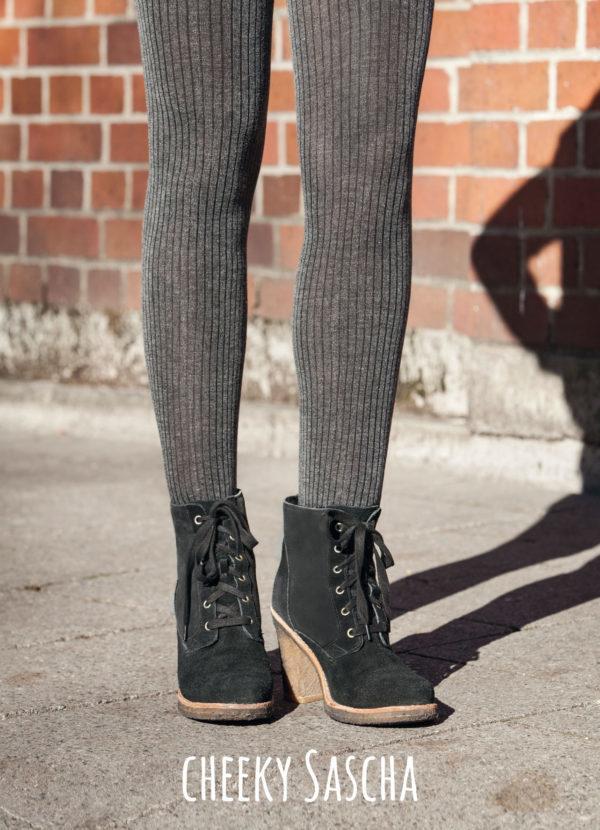 SASCHA besteht aus supersofter Viskose, die sich mega-angenehm anfühlt. Weil die Strickstrumpfhose toll wärmt und nicht kratzt, ist sie im Winter perfekt. Außerdem streckt sie die Beine – Rippe sei Dank! Der breite Bund entsteht im Rundstrickverfahren und rollt sich nicht ein. Sitzt schön tief und lässt den Bauchnabel in Ruhe.