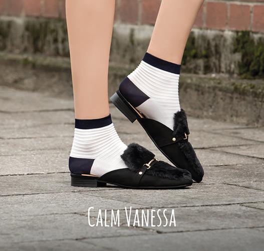 CALM VANESSA stammt aus einem innovativen Familienbetrieb in der oberitalienischen Provinz Brescia. Wie alle unsere Söckchen ist Vanessa traumhaft chic, herrlich leicht und mega-comfy und damit ohne Zweifel: die perfekte Ergänzung zu Frühlingsgefühlen und Sommerglück!