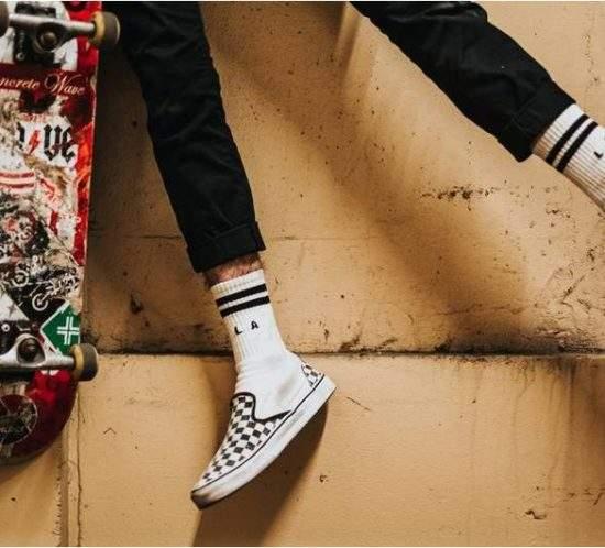 Früher waren Socken nur Mittel zum Zweck und als Weihnachtsgeschenk eher ein uninspirierter Langweiler: Ist der Tante/Oma/Freundin also wieder nichts eingefallen 😌Doch daran hat sich in den letzten Jahren viel geändert! Socken haben sich zum neuen It-Piece entwickelt und werten inzwischen dein Outfit als absoluter Hingucker auf. Anders gesagt: Socken sind die neuen Statement-T-Shirts! Das ist natürlich gut für Tante/Oma/Freundin - wenn sie denn ein hottes Modell auswählt😉 Die ganze Cinderella-Geschichte zum Aufstieg der Socken lest ihr bei Neon: https://www.stern.de/…/wieso-statement-socken-die-cinderell…