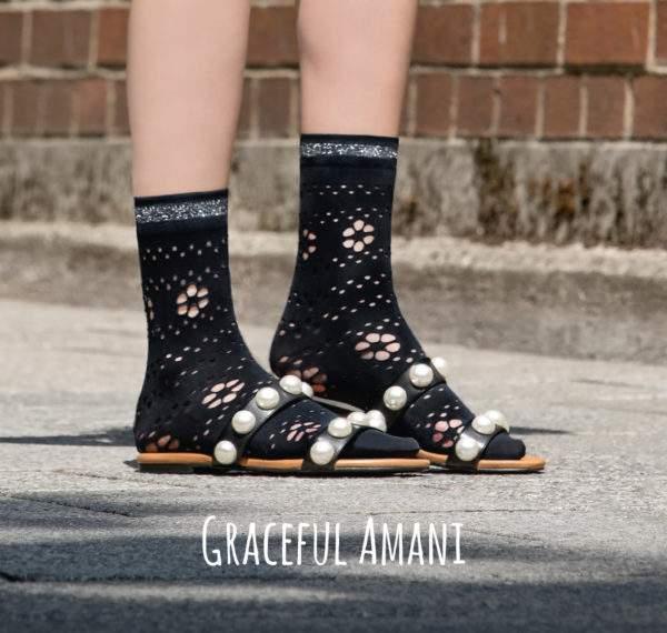 Graceful Amani black: 50 den Söckchen mit gestanzten Blümchen und Lurex-Bündchen