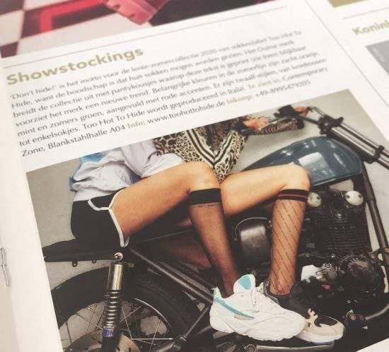 Wir feiern unsere wahrscheinlich erste Presseveröffentlichung in Holland – auch wenn wir ehrlich gesagt nur so halb verstehen, was das Schuhfachmagazin SCHOEN VISIE über Too Hot To Hide schreibt ? Nur so viel: Das Magazin hat uns im August auf der Messe Gallery Shoes in Düsseldorf entdeckt. Und was habt ihr davon? Ein paar exklusive Eindrücke von unserer brandneuen Kollektion für Frühjahr 2020. Viel Spaß ⬆️ beim Sneak Peek!
