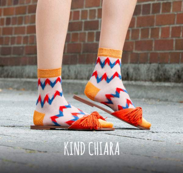 Kind Chiara blue red: transparente Söckchen