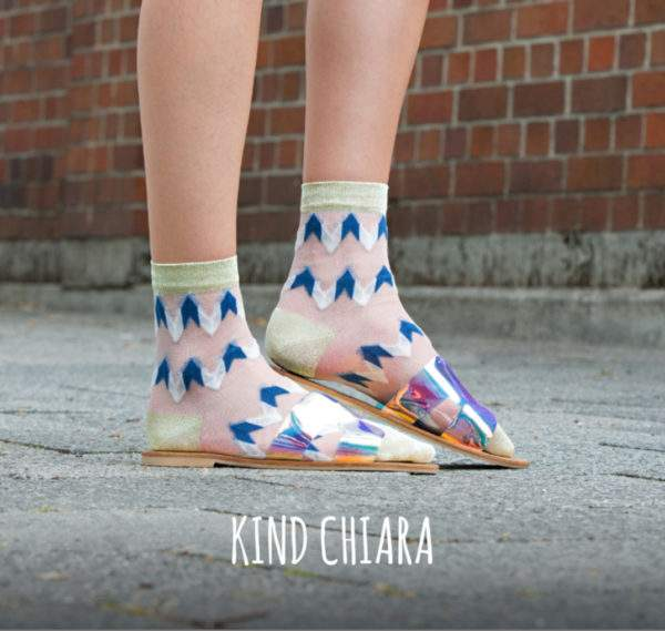 Kind Chiara blue white: transparente Söckchen