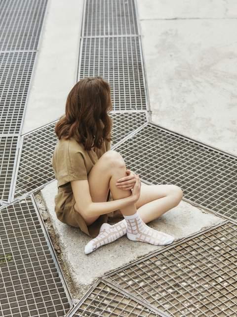Sleek Barbara white: Söckchen mit quadratischem Muster